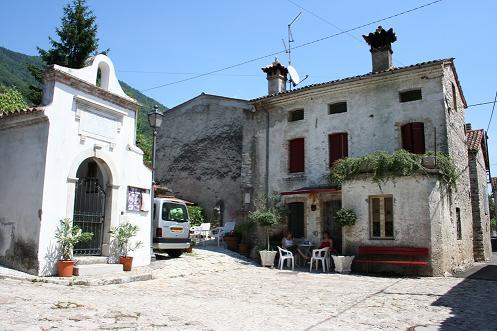 Het dorpsplein van Sottocroda met rechts het vakantiehuis