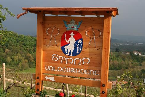 Logo Stana bij de oprit van de wijngaard